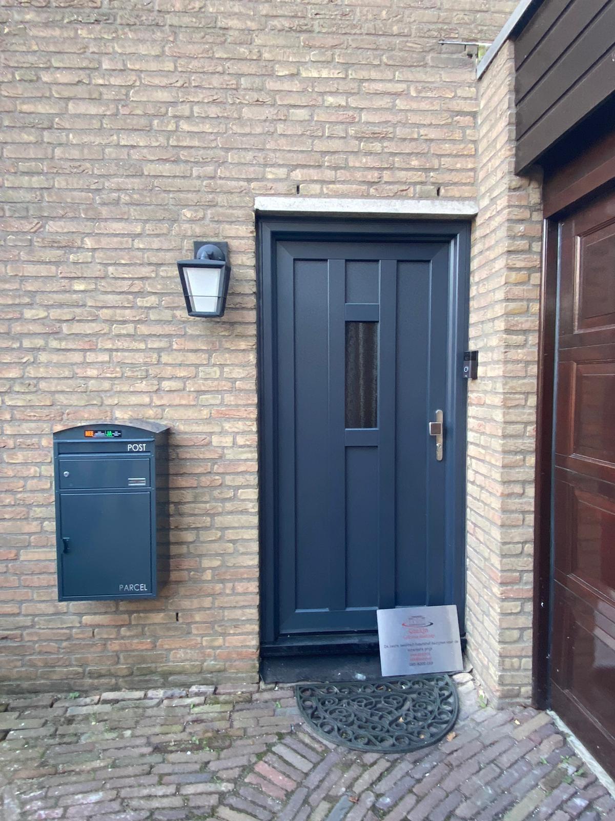 blauwe kunststof voordeur